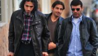 Diyab junto a otros dos exreclusos de Guantánamo que llegaron al país. Foto: AFP