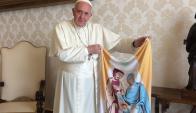 El Papa posa con una balconera que le obsequió Sturla. Foto: @DanielSturla