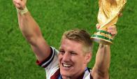 ¡Ahora sí! Bastian Schweinsteiger celebró con la Copa del Mundo en su mano y se sacó la espina de festejar un título con la camiseta de su país.