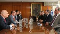 De un lado los técnicos y del otro el director del BCU durante la reunión ayer. Foto: BCU