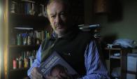 Sergio Israel y una biografía de Liber Seregni. Foto: A. Colmegna