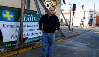 Diego Faccio junto al local de la farmacia que se derrumbó a fines de marzo. Foto: Fernando Ponzetto.