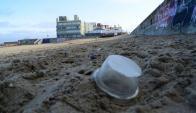 Fragmentos de plástico en Punta del Este. Foto: Ricardo Figueredo