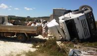 Un camión cargado de arroz volcó en la ruta 8. Foto: Néstor Araújo