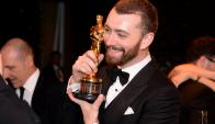 Sam Smith con su premio. Foto: AFP.