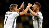 Bastian Schweinsteiger y Shkodran Mustafi celebran el triunfo de Alemania. Foto: EFE