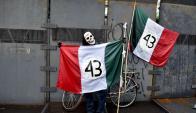 Manifestaciones en el primer aniversario de los crímenes de Ayotzinapa. Foto: AFP.
