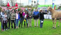 Carola Clark y su familia recibiendo uno de los seis premios. Foto: A. Colmegna