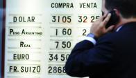 La divisa ya supera los $ 32 a la venta en los cambios. Foto: Marcelo Bonjour