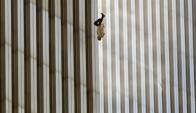 """El hombre que cae"". Foto: Richard Drew."