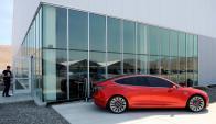 Prototipo del Tesla Model 3 se exhibe delante de la fábrica. Foto: Reuters
