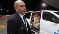 El piloto español de Air Nostrum, yendo hacia un hotel en Punta del Este junto a tripulación. Foto: R. Figueredo.