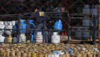 Recarga de garrafas de supergas en la planta de Ancap de La Tablada. Foto: Ariel Colmegna.