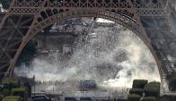 Los disturbios bajo la Torre Eiffel durante la final de la Eurocopa. Fotos: AFP / Reuters