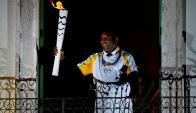 Pelé con la antorcha olímpica en el camino hacia la ceremonia inaugural. Foto: AFP
