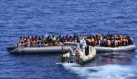 Migrantes sobre embarcaciones, en una operación de rescate por militares italianos. Foto: Reuters.