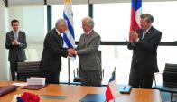 El canciller chileno Heraldo Muñoz y el presidente Vázquez se saludan tras la firma del acuerdo. Foto: Presidencia