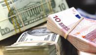 """El dólar """"está caro"""" en 40 países de 43 relevados, esntre ellos está Uruguay. Foto: AFP"""