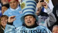 Hinchas uruguayos viven la previa del clásico en Mendoza. Foto: Reuters