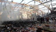 En Saná se celebraba el funeral del padre del ministro del Interior, cuando dos misiles impactaron sobre un edificio. Foto: AFP.