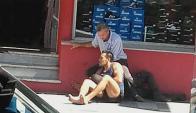Soca sostiene al homicida de Fremd, mientras espera la llegada de la Policía. Foto: Facebook.