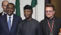 El vicepresidente de Nigeria Yemi Osinbajo con el hombre más rico de África y Bono. Foto: AFP
