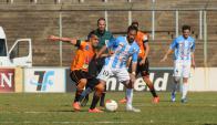 Gonzalo Ramos maneja la pelota ante Sud América. Foto: Archivo El País
