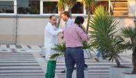 Un allegado a Jorge Batlle charla con Martín Fernández, el neurocirujano que lo operó. Foto: N. Araújo.