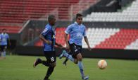 Nicolás De La Cruz lleva la pelota ante Bolívar. Foto: @Conmebol