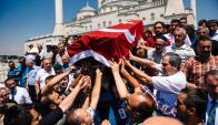 Cientos participaron ayer en los funerales de uno de los doscientos caídos. Foto: AFP