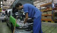 Para Deloitte, el sector automotor local es muy poco competitivo. Foto: AFP