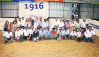 Los cabañeros junto con integrantes de Valdez y Cía. Foto: El País