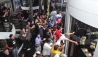 Caos: trabajadores del taxi ingresaron a la Junta Departamental y se opusieron  ayer a la habilitación de servicios como el de Uber. Foto: F. Flores