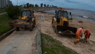 Funcionarios municipales limpian la Playa de Kibón luego del temporal. Foto: Fernando Ponzetto.