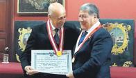 Distinción. El Dr. Maglione fue galardonado en Perú.