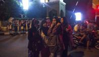 Residentes indonesios permanecen en la calle tras el terremoto registrado. Foto: EFE