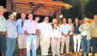 Autoridades con Abayubá Valdez y su familia. Foto: Vicky Michoelsson Figarola