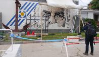 "Vhils esculpió uno de sus famosos ""rostros sin nombre"" a metros del puerto. Foto: R. Figueredo"