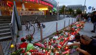 Numerosos ciudadanos concurrieron a hacer ofrendas en el centro comercial Olympia. Foto: Reuters.