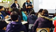 Charlas. Docentes del Club de Remeros de Mercedes dialoga con los estudiantes.