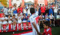 El mejor. Martín Ligüera, con uno de sus hijos, saluda a sus compañeros, que lo aplauden reconociendo su importancia. Foto: Marcelo Bonjour