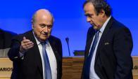 Un pago irregular de Joseph Blatter a Michel Platini los terminó condenando a ambos. Foto: AFP