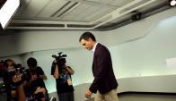 Pedro Sánchez se retira de la conferencia de prensa tras anunciar su dimisión. Foto: Reuters.