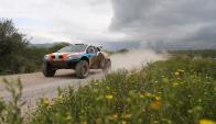 El coche de Lionel Baud en un tramo del Rally Dakar. Foto: EFE