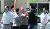 El comisario de la Seccional 10 tuvo que pedir que se tranquilizaran. Foto: A. Colmegna