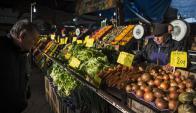 De compras en el Mercado Central porteño. Foto: AFP