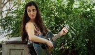 Guitarra y voz: solo con eso la cantautora logra emocionar. Foto: F. Barre
