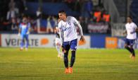 Nicolás López y el gesto de molestia en la rodilla. Foto: A. Colmegna