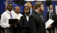 Personas en busca de empleo esperan ser entrevistadas. Foto: Reuters