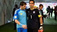 Iker Casillas y Claudio Bravo. Foto: La Nación / GDA